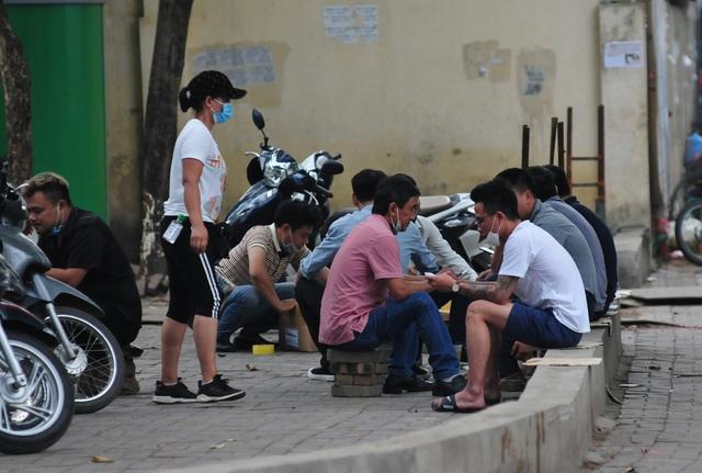 Nguy cơ COVID-19 đang cận kề nhưng nhiều người Hà Nội vẫn giữ thói quen túm năm tụm ba quán nước vỉa hè  - Ảnh 6.