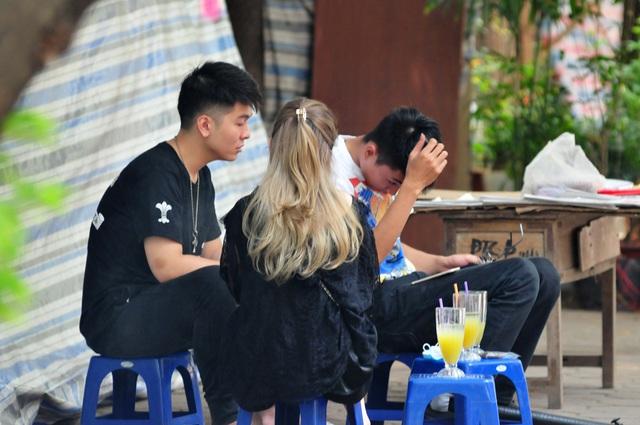 Nguy cơ COVID-19 đang cận kề nhưng nhiều người Hà Nội vẫn giữ thói quen túm năm tụm ba quán nước vỉa hè  - Ảnh 2.