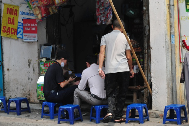 Nguy cơ COVID-19 đang cận kề nhưng nhiều người Hà Nội vẫn giữ thói quen túm năm tụm ba quán nước vỉa hè  - Ảnh 5.