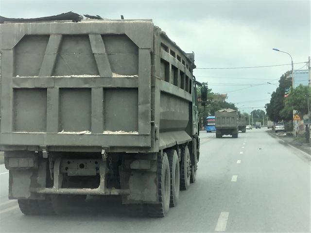 Quảng Ninh: Cận cảnh đoàn xe hổ vồ cơi nới khoang thùng chở đất đá tung hoành trên QL 18 - Ảnh 1.