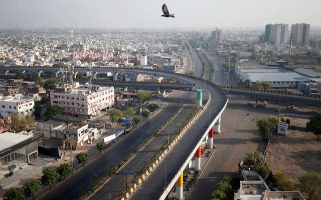 Ấn Độ trong ngày đầu phong tỏa 1,3 tỷ dân: Phạt ngồi xổm, đánh roi người vi phạm và muôn kiểu tránh xa nhau nơi công cộng - Ảnh 3.