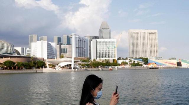 Giữa mùa dịch, đứng cạnh nhau có thể là tội phải đi tù ở Singapore - Ảnh 2.