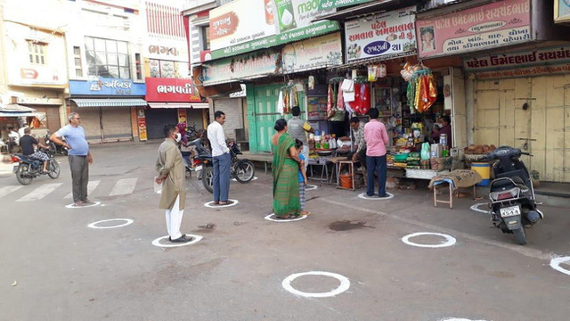Ấn Độ trong ngày đầu phong tỏa 1,3 tỷ dân: Phạt ngồi xổm, đánh roi người vi phạm và muôn kiểu tránh xa nhau nơi công cộng - Ảnh 13.