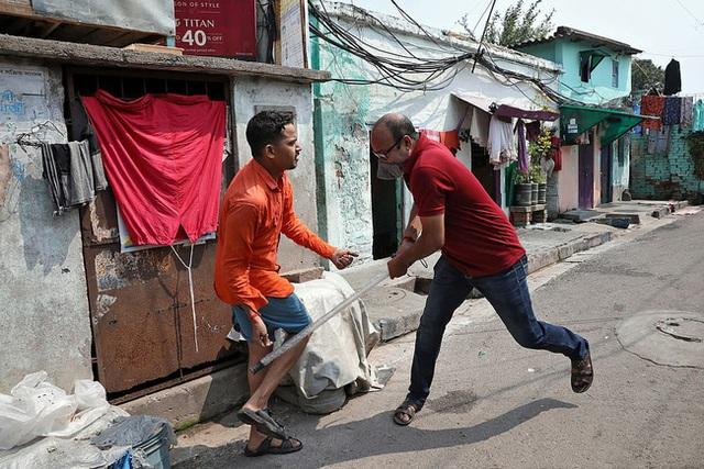 Ấn Độ trong ngày đầu phong tỏa 1,3 tỷ dân: Phạt ngồi xổm, đánh roi người vi phạm và muôn kiểu tránh xa nhau nơi công cộng - Ảnh 7.