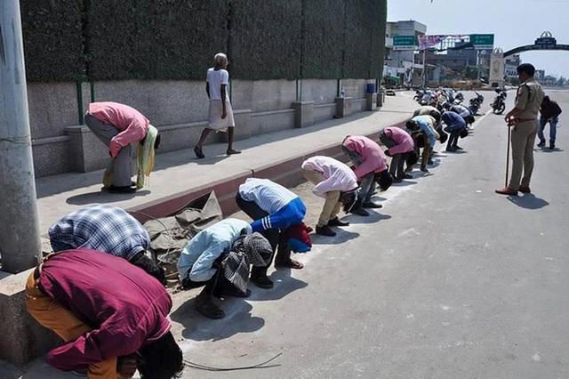 Ấn Độ trong ngày đầu phong tỏa 1,3 tỷ dân: Phạt ngồi xổm, đánh roi người vi phạm và muôn kiểu tránh xa nhau nơi công cộng - Ảnh 10.