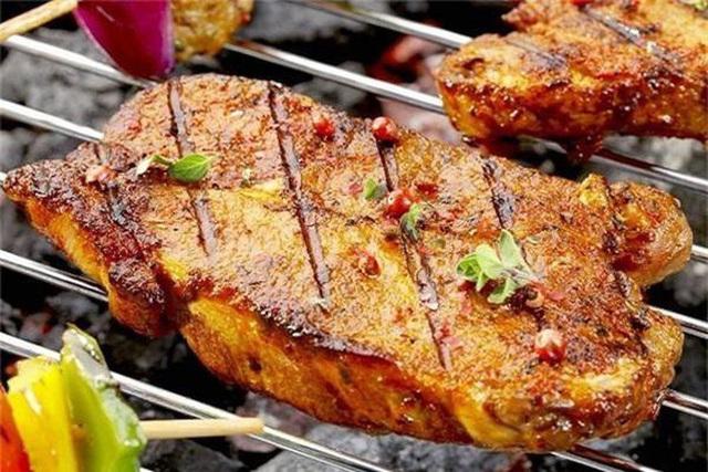 Bạn phải bỏ ngay kiểu xiên thịt để nướng đi kẻo gặp họa, đây mới là cách nướng thịt đúng từ các chuyên gia - Ảnh 2.