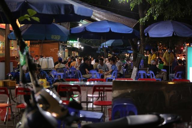 """Hà Nội có người nhiễm COVID-19 cao nhất cả nước, nhiều quán bia vẫn mở cửa bất chấp """"lệnh cấm"""" - Ảnh 5."""