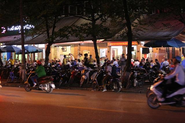 """Hà Nội có người nhiễm COVID-19 cao nhất cả nước, nhiều quán bia vẫn mở cửa bất chấp """"lệnh cấm"""" - Ảnh 7."""
