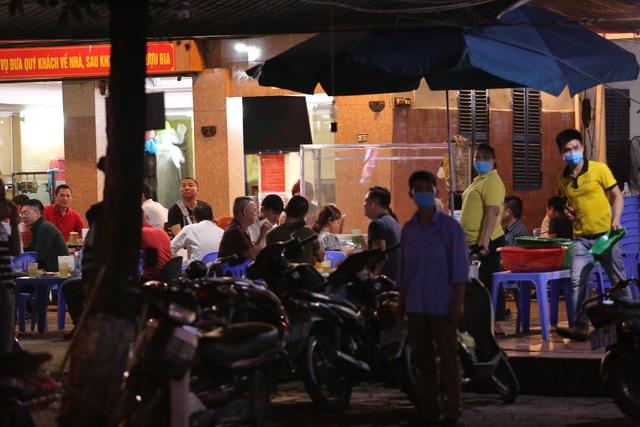 """Hà Nội có người nhiễm COVID-19 cao nhất cả nước, nhiều quán bia vẫn mở cửa bất chấp """"lệnh cấm"""" - Ảnh 8."""