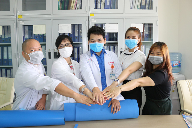 Bác sĩ bệnh viện Chợ Rẫy hướng dẫn làm tấm chắn che giọt bắn tặng đồng nghiệp phòng chống COVID-19 - Ảnh 8.
