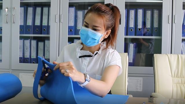 Bác sĩ bệnh viện Chợ Rẫy hướng dẫn làm tấm chắn che giọt bắn tặng đồng nghiệp phòng chống COVID-19 - Ảnh 3.