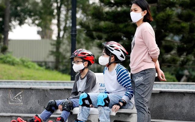 Bác sĩ Nhi giải đáp một loạt thắc mắc cho cha mẹ về việc chăm con trong mùa dịch COVID-19 - Ảnh 1.