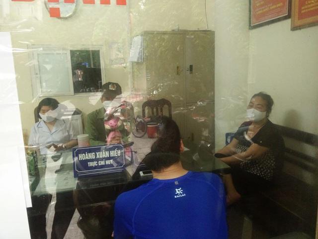 Hà Nội tiến hành xử phạt 200.000 đồng đối với những người ra đường không đeo khẩu trang - Ảnh 3.