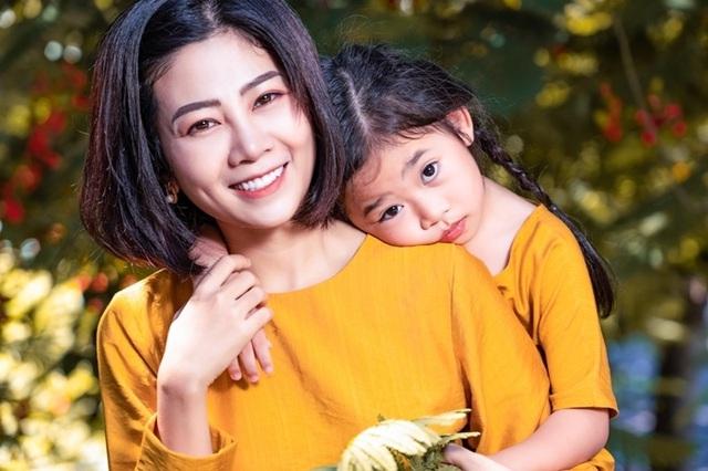 Con gái không khóc khi thấy linh cữu Mai Phương - Ảnh 1.