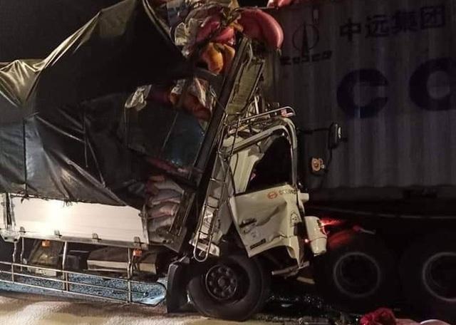 Tai nạn kinh hoàng: Tông vào đuôi container, 3 người chết thảm - Ảnh 1.