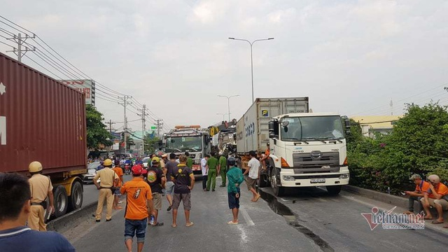 Tai nạn kinh hoàng: Tông vào đuôi container, 3 người chết thảm - Ảnh 2.