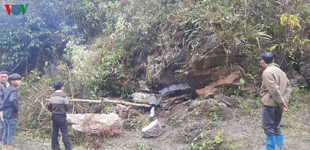 Trú mưa trong hang, 2 cha con bị đá đè tử vong thương tâm - Ảnh 1.