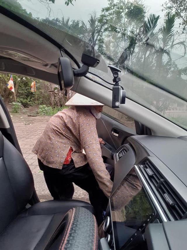 Thấy cụ bà gần 90 tuổi đứng chờ xe buýt, tài xế mời cụ lên xe chở đến địa điểm cụ cần cùng hành động đặc biệt - Ảnh 4.