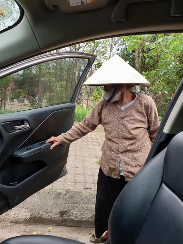 Thấy cụ bà gần 90 tuổi đứng chờ xe buýt, tài xế mời cụ lên xe chở đến địa điểm cụ cần cùng hành động đặc biệt - Ảnh 5.