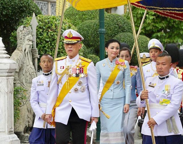 Vua Thái Lan cùng 20 thê thiếp tự thuê khách sạn hạng sang cách ly ở Đức - Ảnh 1.