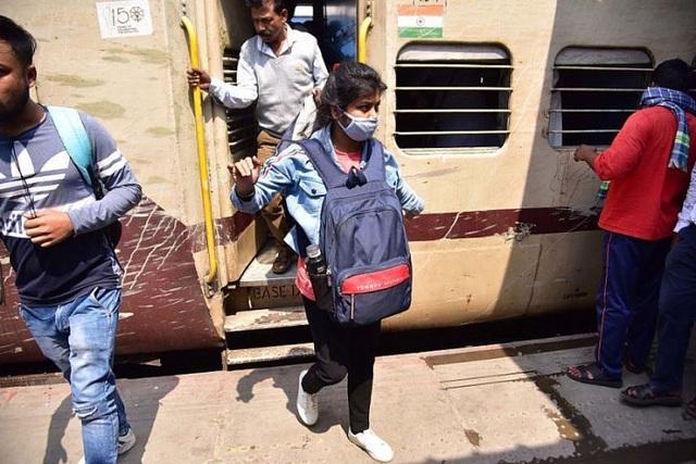Bác sĩ Ấn Độ chiến đấu với COVID-19 bằng áo mưa, mũ bảo hiểm - Ảnh 6.