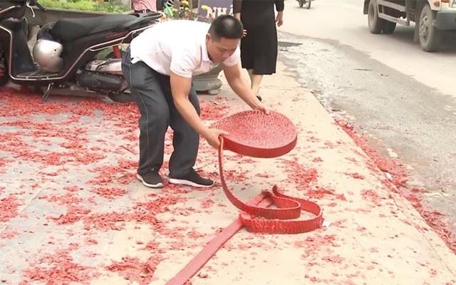 Bắt một đối tượng vụ đốt bánh pháo dài 50m trong đám cưới ở Hà Nội - Ảnh 4.