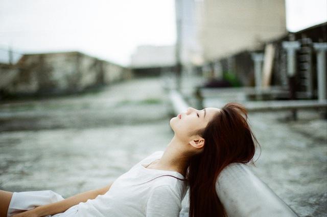 Người chồng quỳ xuống bật khóc sau khi ly hôn thành công, vợ chỉ nói một câu khiến anh ta im bặt tại chỗ - Ảnh 2.