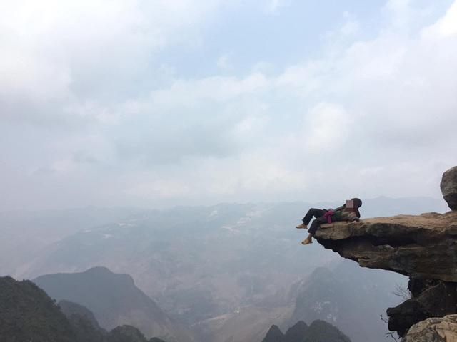 Hãi hùng cảnh 2 đứa trẻ vùng cao ngồi vắt vẻo trên mỏm đá, bên dưới là vực sâu nhưng nguyên nhân phía sau còn gây choáng váng hơn - Ảnh 3.