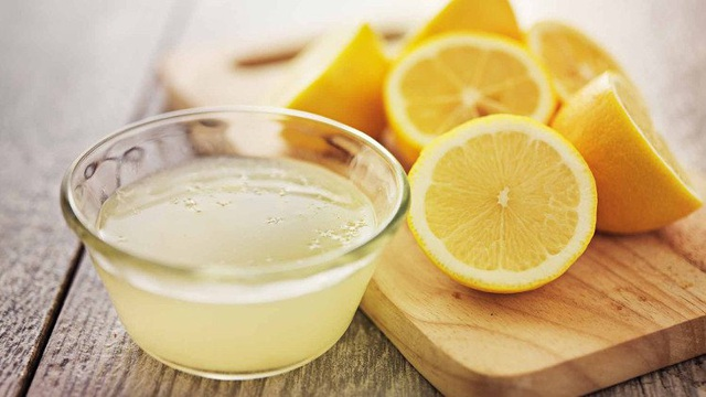 Ấm đun nước lâu ngày bám 1 lớp cặn vàng cứng không sao rửa sạch bằng nước rửa chén, hãy dùng vỏ khoai sọ để đánh bay chúng - Ảnh 3.