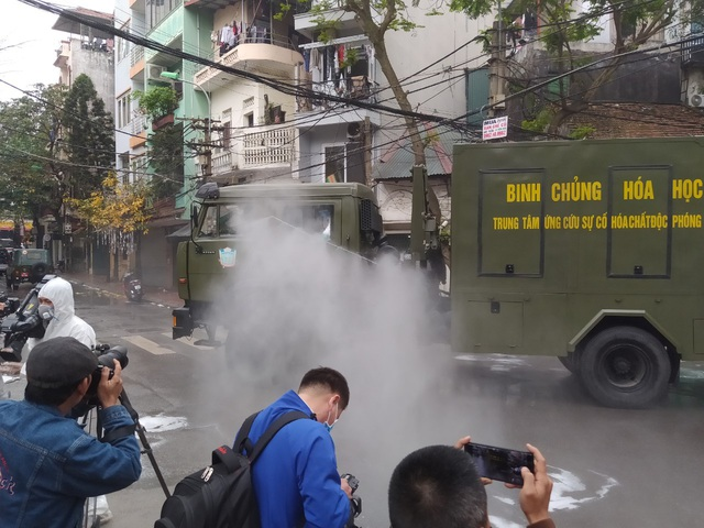 Hà Nội: Lực lượng chức năng dùng xe chuyên dụng khử trùng khu vực cách ly trên phố Trúc Bạch - Ảnh 3.