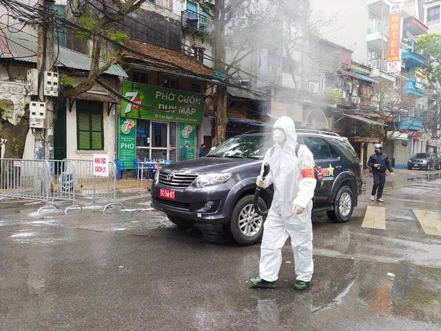 Hà Nội: Lực lượng chức năng dùng xe chuyên dụng khử trùng khu vực cách ly trên phố Trúc Bạch - Ảnh 5.