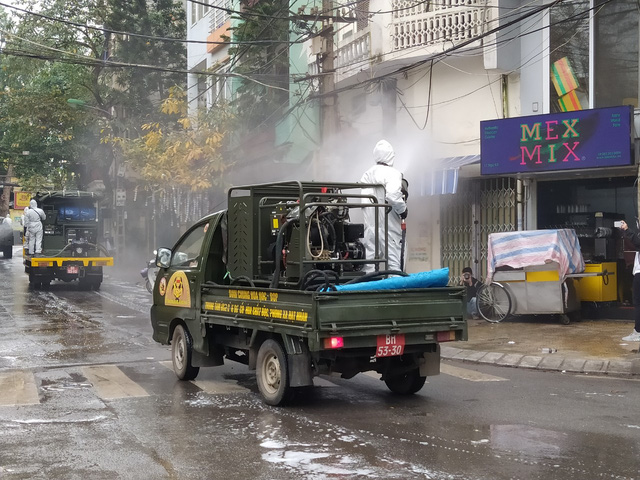 Hà Nội: Lực lượng chức năng dùng xe chuyên dụng khử trùng khu vực cách ly trên phố Trúc Bạch - Ảnh 6.