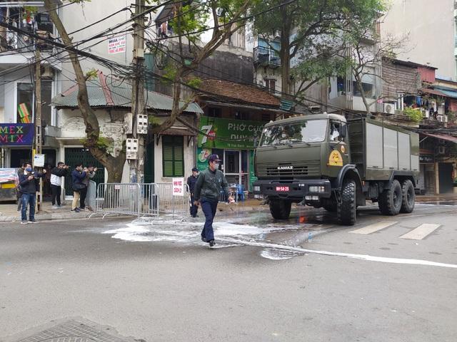 Hà Nội: Lực lượng chức năng dùng xe chuyên dụng khử trùng khu vực cách ly trên phố Trúc Bạch - Ảnh 7.