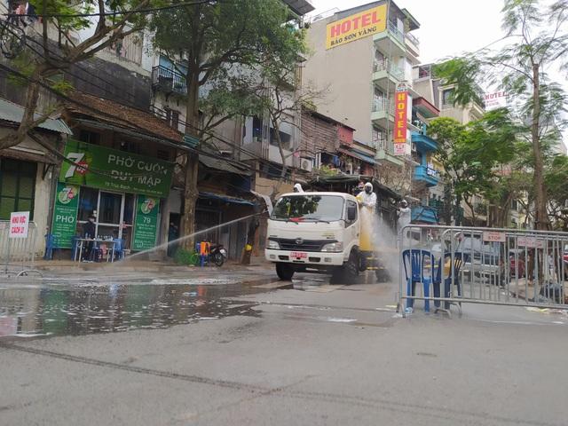 Hà Nội: Lực lượng chức năng dùng xe chuyên dụng khử trùng khu vực cách ly trên phố Trúc Bạch - Ảnh 8.