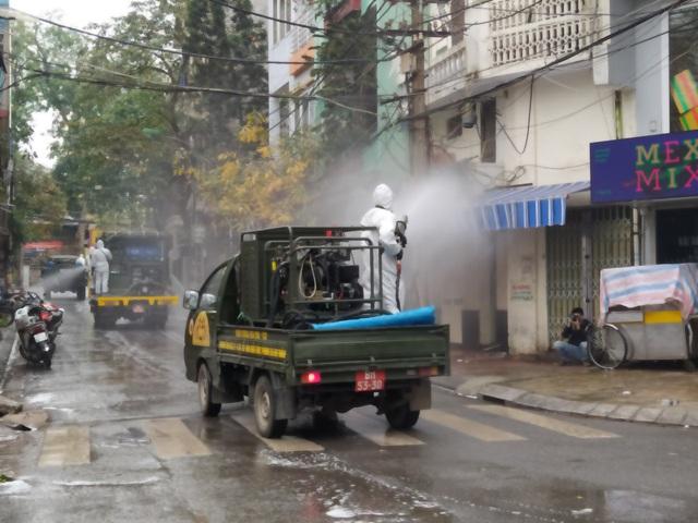 Hà Nội: Lực lượng chức năng dùng xe chuyên dụng khử trùng khu vực cách ly trên phố Trúc Bạch - Ảnh 9.