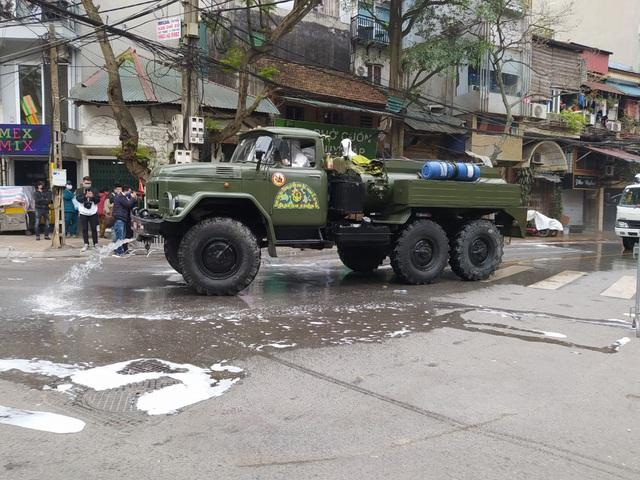 Hà Nội: Lực lượng chức năng dùng xe chuyên dụng khử trùng khu vực cách ly trên phố Trúc Bạch - Ảnh 10.
