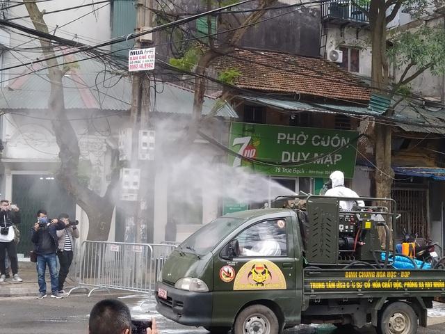 Hà Nội: Lực lượng chức năng dùng xe chuyên dụng khử trùng khu vực cách ly trên phố Trúc Bạch - Ảnh 11.
