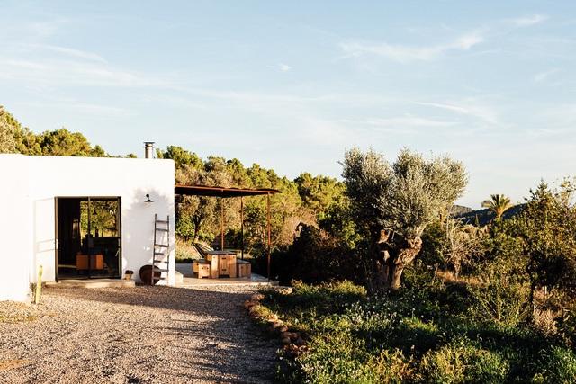 Căn nhà cấp 4  màu trắng nổi bật giữa thiên nhiên hoang sơ với cách thiết kế rất sinh động - Ảnh 5.