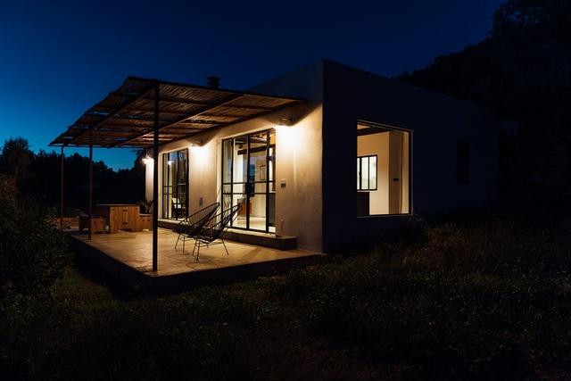 Căn nhà cấp 4  màu trắng nổi bật giữa thiên nhiên hoang sơ với cách thiết kế rất sinh động - Ảnh 6.