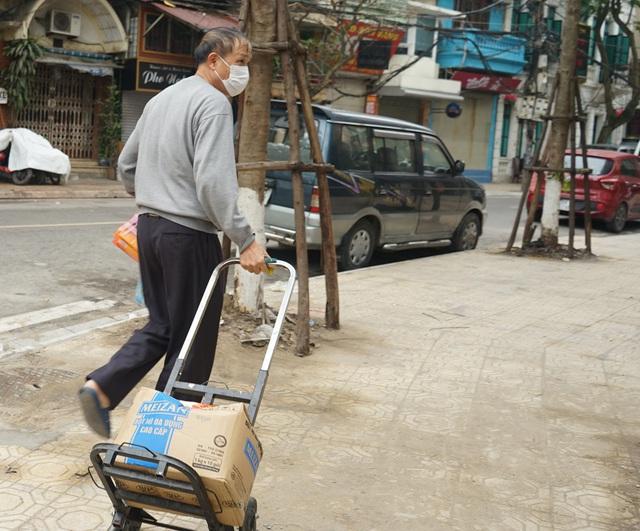 VIDEO: Người dân Hà Nội ở khu vực cô gái nhiễm COVID-19 nhận tiếp tế đồ ăn từ bên ngoài - Ảnh 4.
