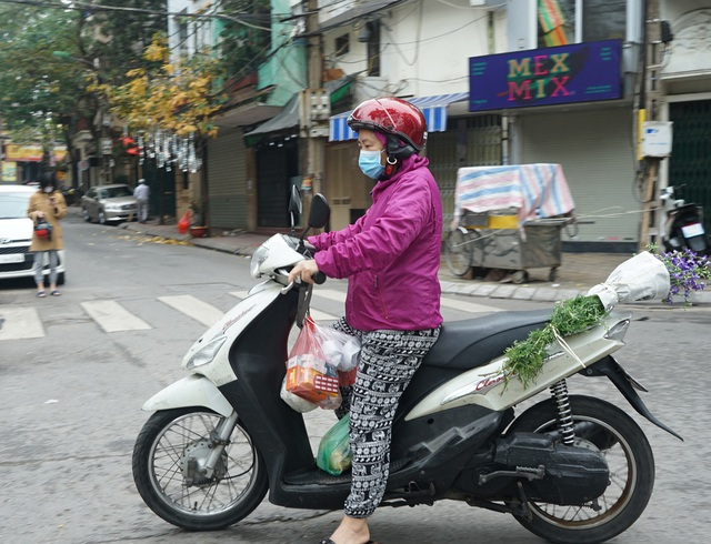 VIDEO: Người dân Hà Nội ở khu vực cô gái nhiễm COVID-19 nhận tiếp tế đồ ăn từ bên ngoài - Ảnh 5.