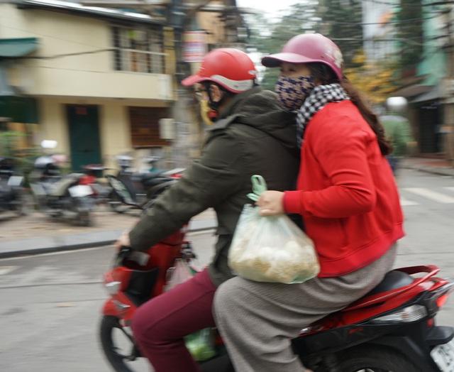 VIDEO: Người dân Hà Nội ở khu vực cô gái nhiễm COVID-19 nhận tiếp tế đồ ăn từ bên ngoài - Ảnh 6.