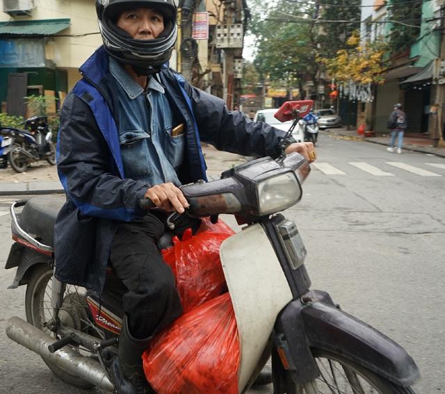 VIDEO: Người dân Hà Nội ở khu vực cô gái nhiễm COVID-19 nhận tiếp tế đồ ăn từ bên ngoài - Ảnh 7.