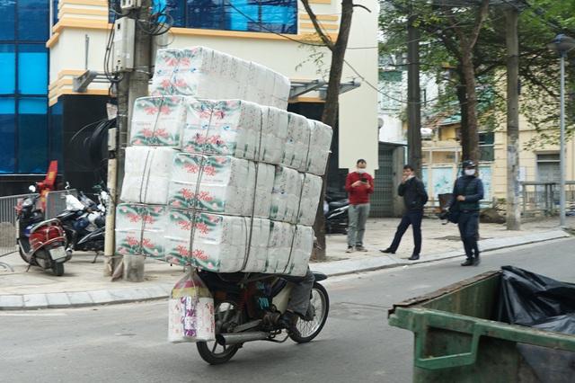 VIDEO: Người dân Hà Nội ở khu vực cô gái nhiễm COVID-19 nhận tiếp tế đồ ăn từ bên ngoài - Ảnh 10.