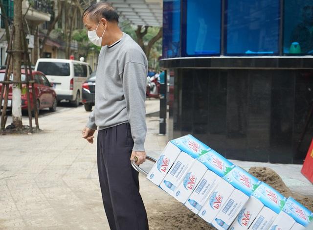 VIDEO: Người dân Hà Nội ở khu vực cô gái nhiễm COVID-19 nhận tiếp tế đồ ăn từ bên ngoài - Ảnh 12.