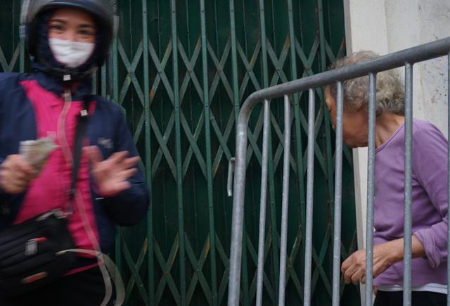VIDEO: Người dân Hà Nội ở khu vực cô gái nhiễm COVID-19 nhận tiếp tế đồ ăn từ bên ngoài - Ảnh 13.