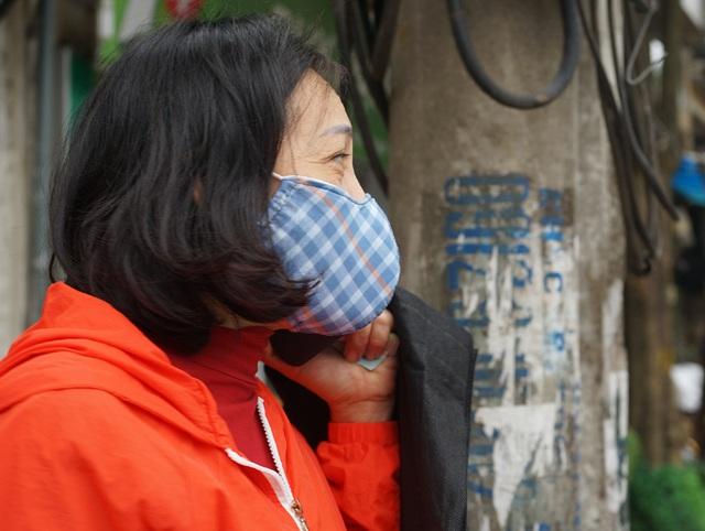 VIDEO: Người dân Hà Nội ở khu vực cô gái nhiễm COVID-19 nhận tiếp tế đồ ăn từ bên ngoài - Ảnh 14.