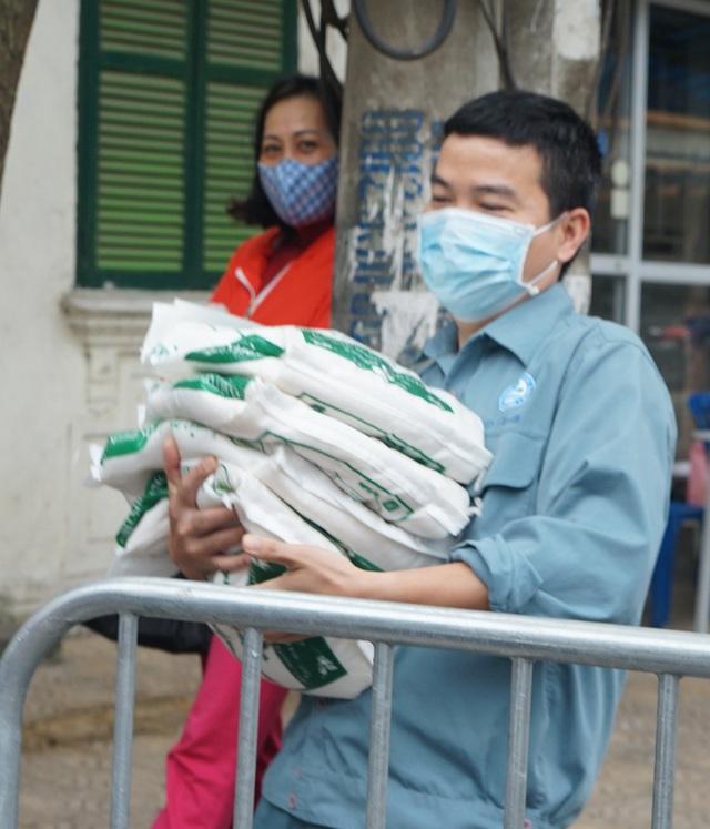 VIDEO: Người dân Hà Nội ở khu vực cô gái nhiễm COVID-19 nhận tiếp tế đồ ăn từ bên ngoài - Ảnh 16.