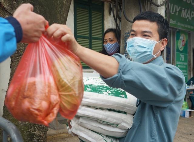 VIDEO: Người dân Hà Nội ở khu vực cô gái nhiễm COVID-19 nhận tiếp tế đồ ăn từ bên ngoài - Ảnh 17.