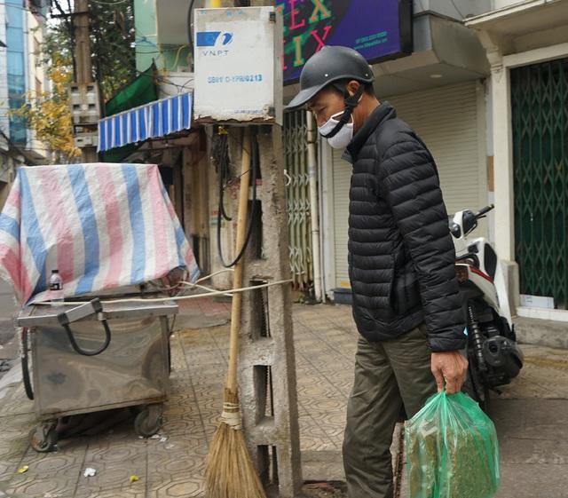 VIDEO: Người dân Hà Nội ở khu vực cô gái nhiễm COVID-19 nhận tiếp tế đồ ăn từ bên ngoài - Ảnh 18.